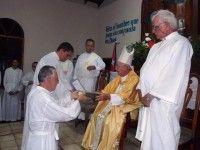 Benito Hernández Hechevarría recibe los ministerio de lector y acólito en preparación a la ordenación como diacono permanente (Cuba)