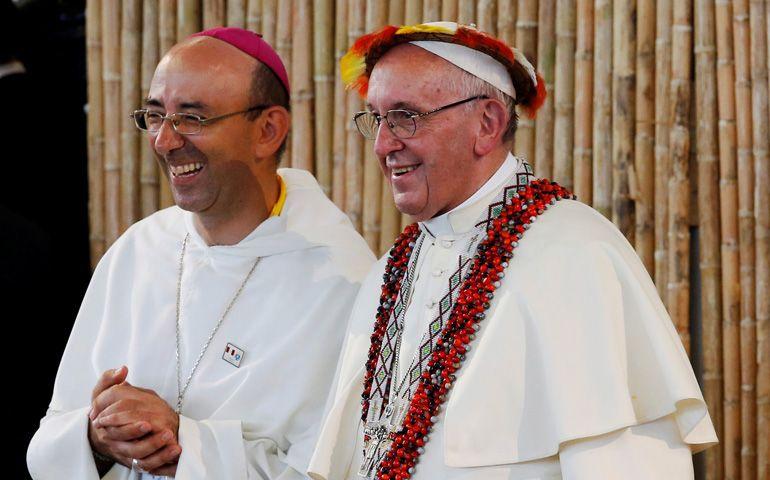 Mons. Aguirre y el papa Francisco durante la visita a P. Maldobnado