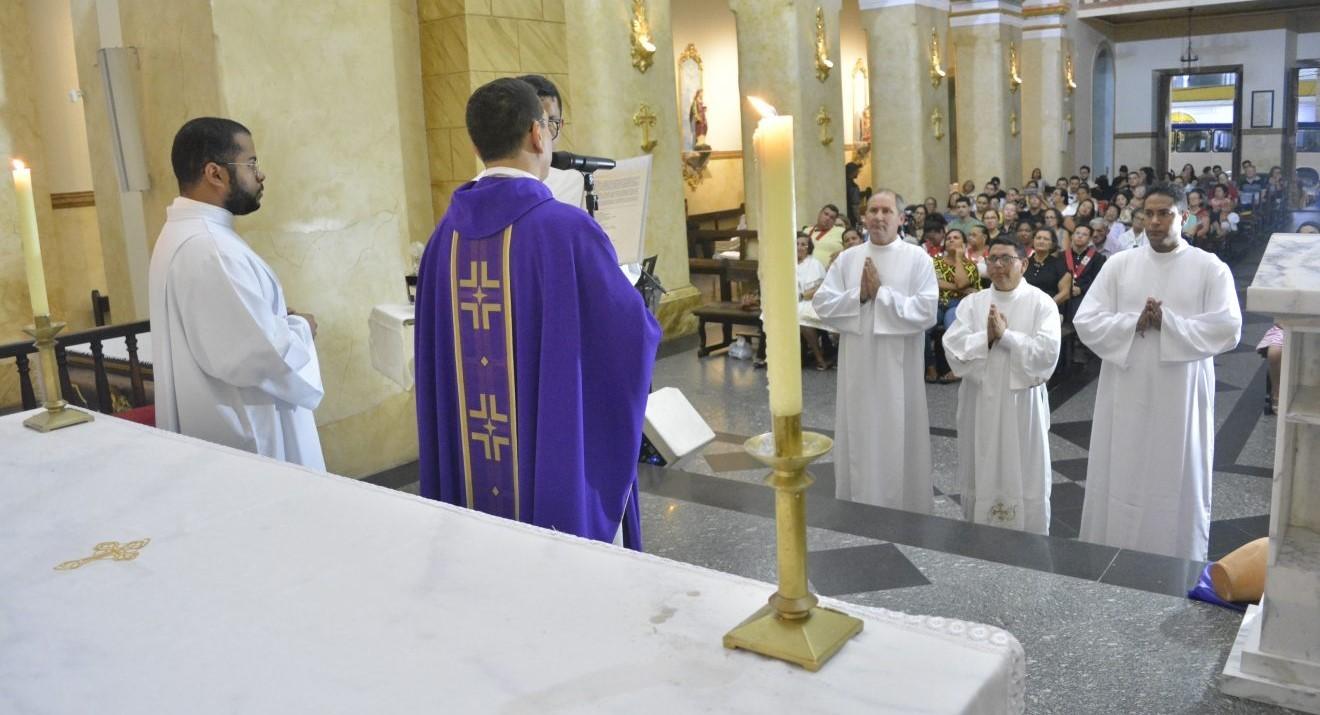 Candidatos ao Diaconato Permanente recebem Ministérios de Leitor e Acólito em Campina Grande, Brasil