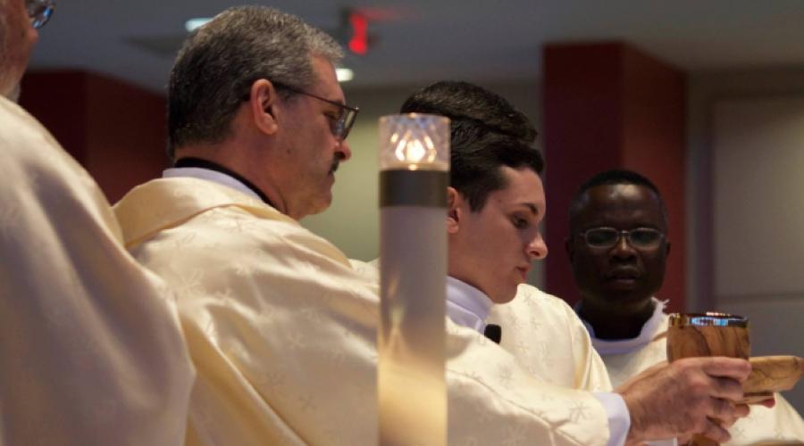 3 interesantes historias de padres e hijos que sirven a Dios como diáconos y sacerdotes