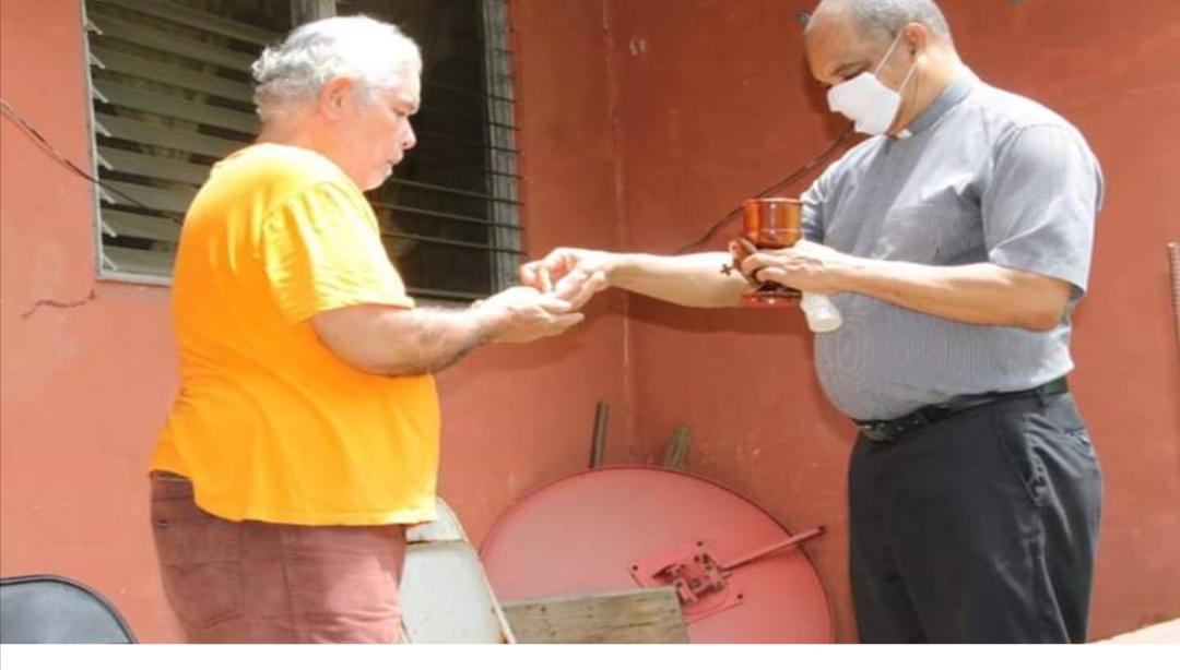 Diácono lleva la Comunión a las residencias de las comunidades de la Parroquia de San José, Paraíso, Panamá