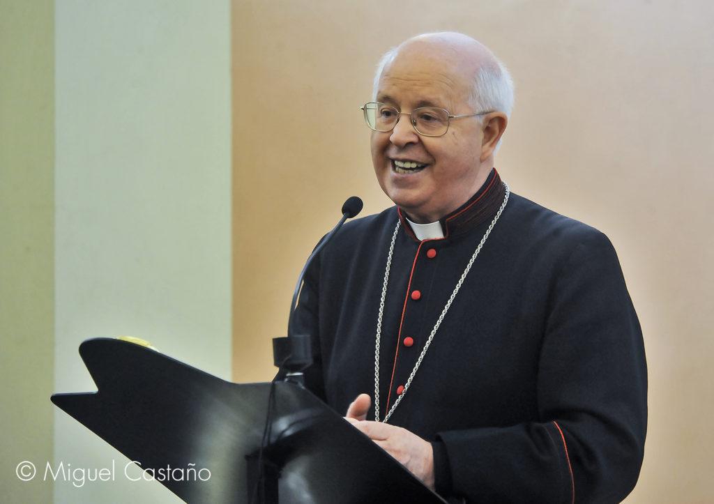 Don Julián (Santiago de Compostela, España) dirige un retiro de candidatos al Diaconado permanente y preside la Eucaristía en la que se instituyó un nuevo acólito