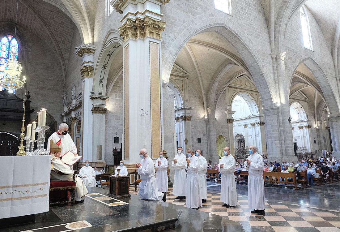 El cardenal Cañizares imparte los ministerios de lectorado y acolitado a 15 aspirantes a diáconos permanentes, en la Catedral de Valencia, España